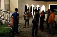 Membangunkan Warga untuk Sahur, Dayu Anggi Bonyok Diamuk 5 Pemuda di Masjid - JPNN.com