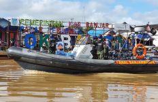 Personel Lanal Banjarmasin Membidik Para Pedagang dan Nelayan di Pasar Terapung - JPNN.com