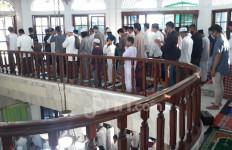 Warga di Bintaro Jaya Tangsel Gelar Salat Idulfitri di Masjid - JPNN.com