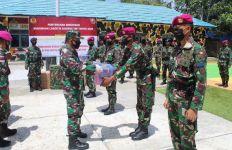 Komandan Gugus Tempur Laut Bagikan APD Kepada Prajurit TNI AL di Sebatik - JPNN.com