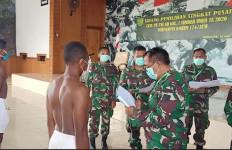 Cita-cita Putra Asli Papua Ini Akhirnya Tercapai, Personel Satgas TNI Ikut Bangga dan Bersyukur - JPNN.com