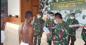 Cita-cita Putra Asli Papua Ini Akhirnya Tercapai, Personel Satgas TNI Ikut Bangga dan Bersyukur
