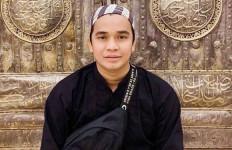 Berbaju Hitam, Billy Datangi Makam Olga Syahputra - JPNN.com