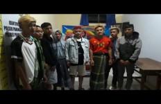 Ogah Diperiksa, Tujuh Pemuda Ini Malah Serang Petugas COVID-19 - JPNN.com