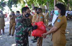 Lantamal VIII Salurkan Bantuan Sembako Kepada Warga Terdampak Covid-19 - JPNN.com