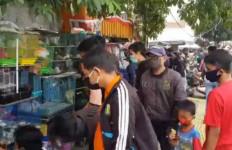 Masyarakat Protes, Pasar Ikan Jatinegara Penuh Pengunjung, Petugas Baru Bertindak - JPNN.com