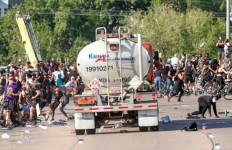 Edan! Ada Truk Tangki Menyasar Ribuan Demonstran, Nih Fotonya - JPNN.com