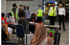 Petugas Bandara Kelabakan, Ganjar: Kalau Tidak Mau Jarak Jarak Suruh Pulang Saja! - JPNN.com
