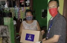 Gandeng Karang Taruna, Relawan COVID-19 Bagi-Bagi Sembako di Tangerang Selatan - JPNN.com