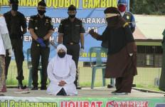Terbukti Berbuat Terlarang, Hendriansyah Putra dan Irmasyah Putri Dihukum Cambuk 100 Kali - JPNN.com