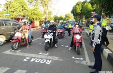Tandai Jalan Seperti Sirkuit, Cara Unik Ajak Pengendara Jaga Jarak Fisik - JPNN.com
