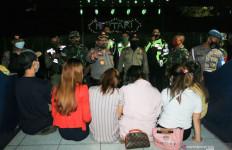 Belasan Muda Mudi Tepergok Saat Asyik Berbuat Terlarang - JPNN.com