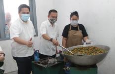 Satgas dari DPR Santap Tumis Kacang Panjang dan Telur di Posko Masak Covid-19 - JPNN.com