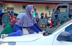 Menangis Histeris, Gadis Ini Nekat ke Menaiki Kap Mobil Jenazah yang Membawa Jasad Ibunya - JPNN.com