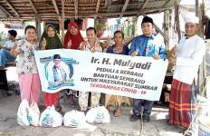 Mulyadi Bagikan Ratusan Sembako untuk Warga Pasbar yang Kesulitan Penuhi Pangan - JPNN.com