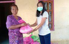 Eman Bria dan RTS Bagikan Sembako Kepada Korban Banjir di Malaka - JPNN.com