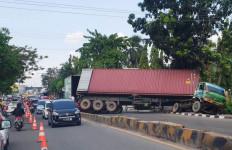 Truk Kontainer Tak Kuat Menanjak Lantas Terguling di Tengah Jalan, Bikin Macet hingga 2 Kilometer - JPNN.com