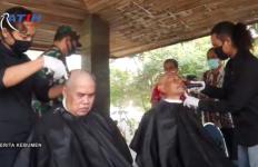 Bupati Kebumen Mulai New Normal dengan Aksi Cukur Gundul, Ini Reaksi Pak Ganjar - JPNN.com
