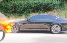 Sedan Mewah Hyundai Ini Mendadak Terbakar di Jalan, Sopirnya Seorang Perempuan - JPNN.com