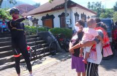 Pak Ganjar Diserbu Dua Ibu-ibu saat Gowes, Wis Suwe Ora Dodolan Pak.. - JPNN.com