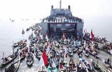Ratusan Kapal Nelayan Kepung Kapal Perang TNI AL, Ada Apa? - JPNN.com