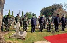 Sejumlah Tokoh Hadiri Pemakaman Jenazah Jenderal Pramono Edhie Termasuk KSAL - JPNN.com