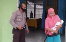 Bayi Perempuan Ini Sengaja Ditinggal Ibunya di Depan Rumah Warga - JPNN.com