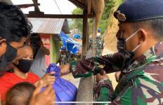 Personel KRI Sultan Nuku-373 Salurkan Paket Sembako Kepada Warga Pesisir - JPNN.com