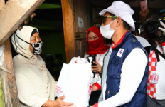 Sandiaga UnodanSukarelawan Jokowi Menyalurkan Sembako di Depok - JPNN.com