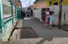 Makam-makam Ini Adanya di Tengah Jalan, Tepat di Depan Rumah Artis Abdel - JPNN.com