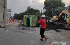Hilang Kendali, Truk Bermuatan Batu Bara Terguling di Jalan - JPNN.com