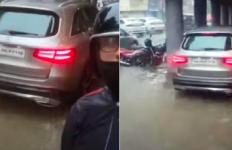 Jangan Dicontoh! Sopir Mobil Mewah Ambil Jalur Pejalan Kaki, Takut Kena Banjir - JPNN.com
