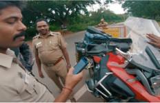 Polisi India Terkagum-kagum dengan Motor Adventure Ini, Ternyata.. - JPNN.com