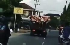 Aksi Bajing Loncat Menjarah Truk Bermuatan Minyak Goreng, Videonya Viral di Medsos - JPNN.com