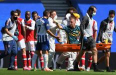 Di Atas Tandu, Kiper Arsenal Menunjuk Seseorang dengan Penuh Kebencian - JPNN.com