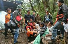 Sintia, Putri dan Imel Terpaksa Digendong Turun dari Gunung Dempo, nih Lihat - JPNN.com