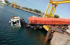 Tali Pengikat Kapal Putus, Kepala Truk Tronton Cium Air Laut - JPNN.com