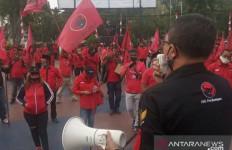 Bendera PDIP Dibakar, Halaman Kantor Polres Bogor Memerah - JPNN.com