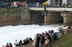 Di Jakarta Ada Sungai 'Bersalju', Unik, jadi Tontonan Warga - JPNN.com