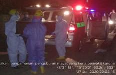 Malam-malam Petugas Yon Zipur Mendatangi Lokasi Pemakaman, Disaksikan Kapolsek - JPNN.com