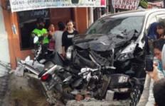 Avanza Tabrak 5 Motor di Bogor, Ada yang Sampai Terpental ke Atap Rumah, Ngeri - JPNN.com