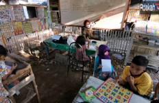 Menyedihkan! Anak-Anak Ini Rela Belajar di Atas Kuburan - JPNN.com