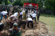 Setelah Tembakan Salvo, Isak Tangis Air Mata Mengiringi Pemakaman Pelda Anumerta Rama Wahyudi - JPNN.com