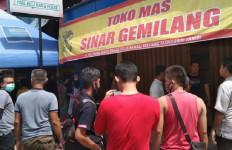 Perampok Bersenpi Jarah Toko Emas Sinar Gemilang di Siang Bolong - JPNN.com