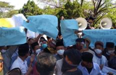 Anggota DPRD Cirebon Digeruduk Ratusan Santri - JPNN.com