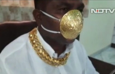 Gokil! Pria Ini Pakai Masker Emas, Mahal Mana Ketimbang Milik Istri KSAD - JPNN.com