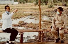 Lihat Foto Itu, Apa yang Sedang Pak Prabowo Lakukan? - JPNN.com