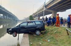 Detik-detik Mobil yang Ditumpangi Satu Keluarga Terjun ke Sungai Kalimalang, Bocah 3 Tahun Hilang - JPNN.com