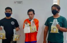 Pria ini Bawa Bungkusan Teh China, Ternyata Isinya Bikin Kaget Polisi - JPNN.com