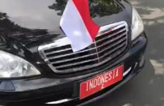 Mobil Berpelat Indonesia 2 Mengisi BBM di Pinggir Jalan, Beli Eceran? - JPNN.com
